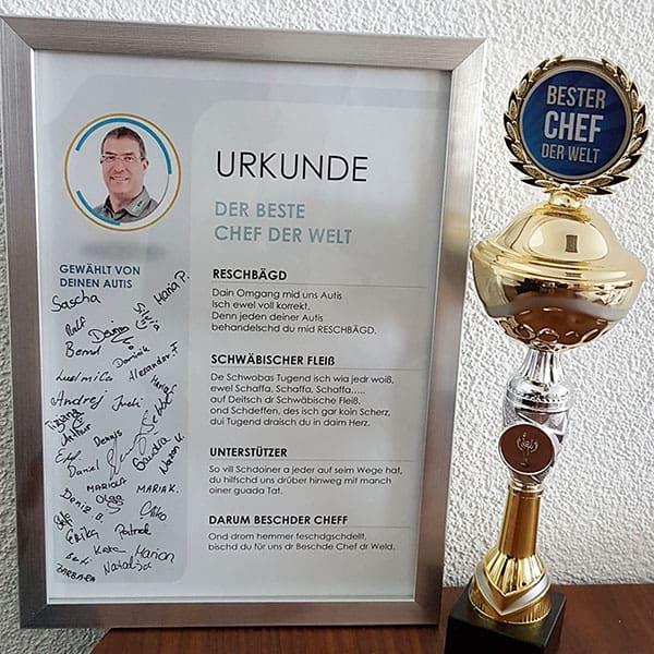 Die Urkunde inkl. Pokal für den besten Chef der Welt.
